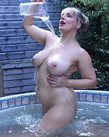 Exciting outdoor naked session with a chubby mature babe